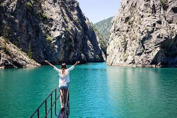 ボートツアーで渓谷をゆく