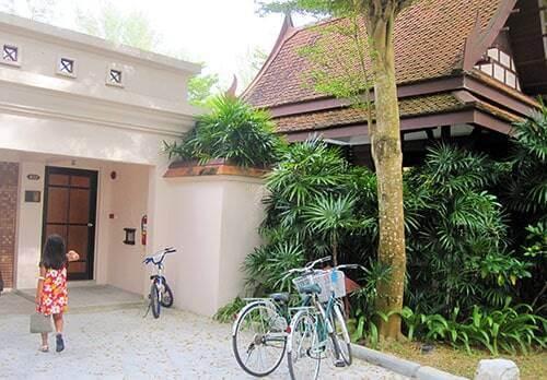 ヴィラの入り口と自転車